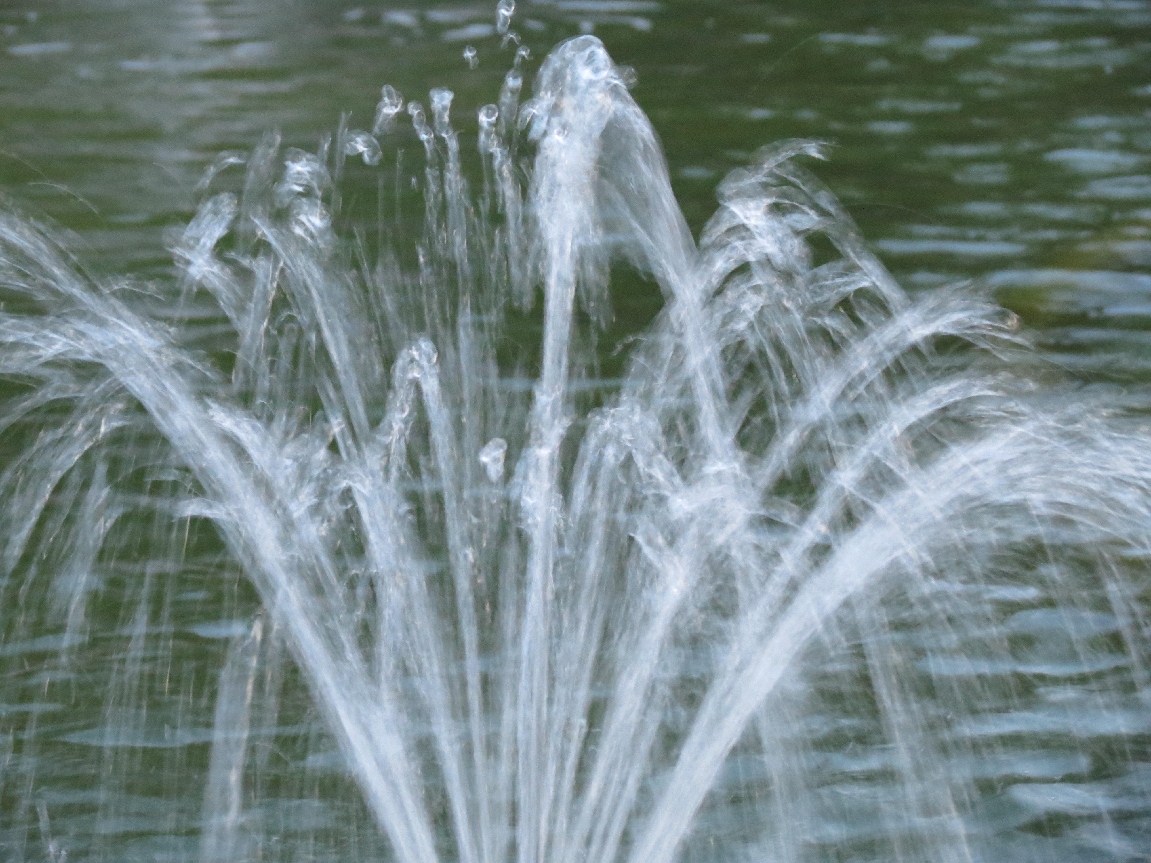 Маленький фонтан в парке, обои для рабочего стола, фотография высокого разрешения и качества